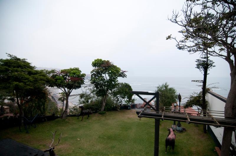 陽台面向一望無際的太平洋