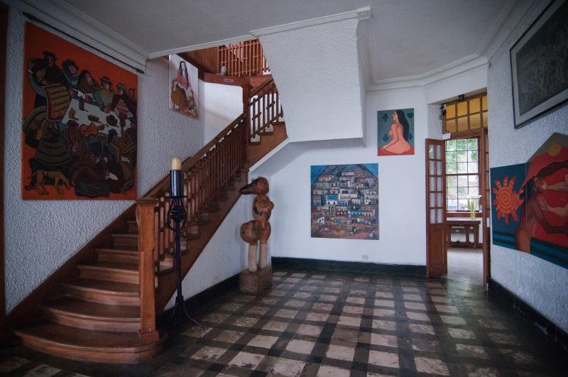 室內到處可見主人的畫作