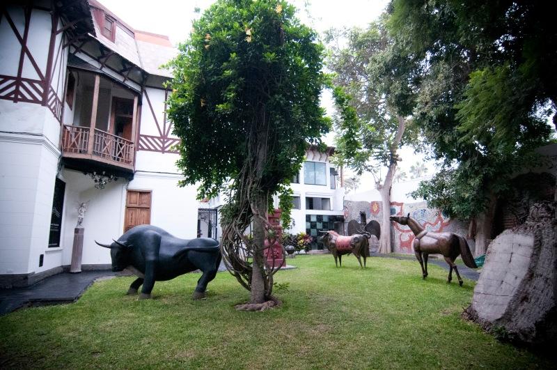 花園內放滿大宅主人Victor Delfin 的雕塑