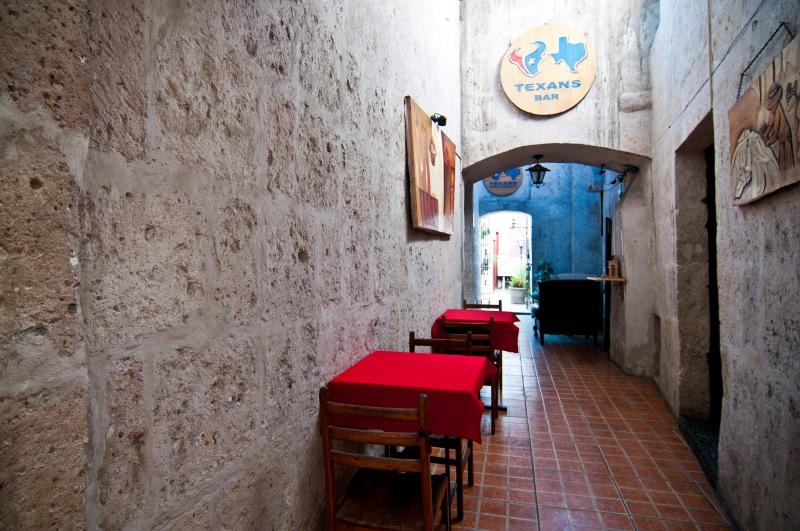 房間外的走廊通往後院的酒吧