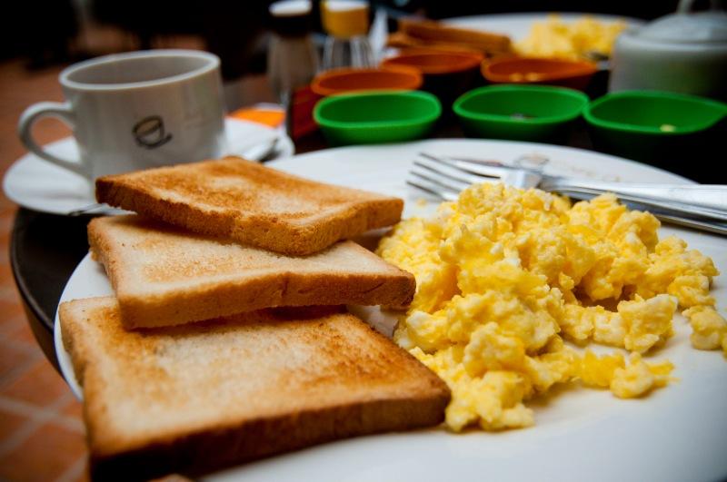 加了炒蛋,才發現麵包太多吃不完