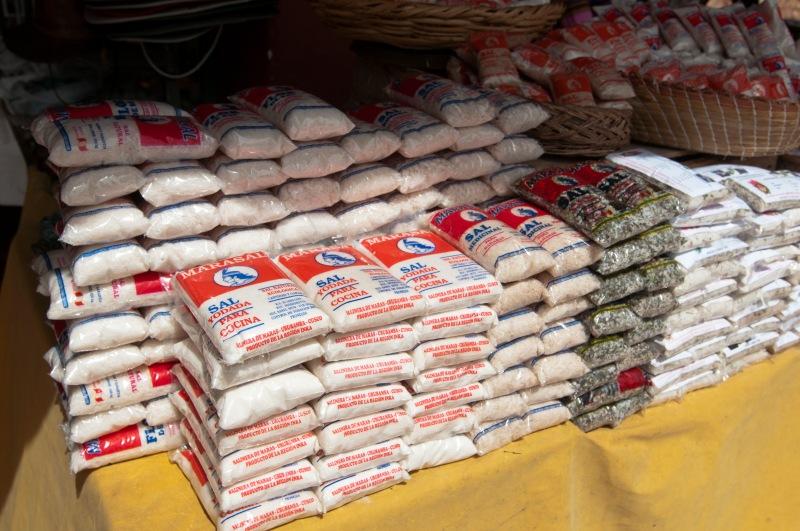 這裡有小包裝的鹽賣, 買了一包粗鹽和一包配了香草的