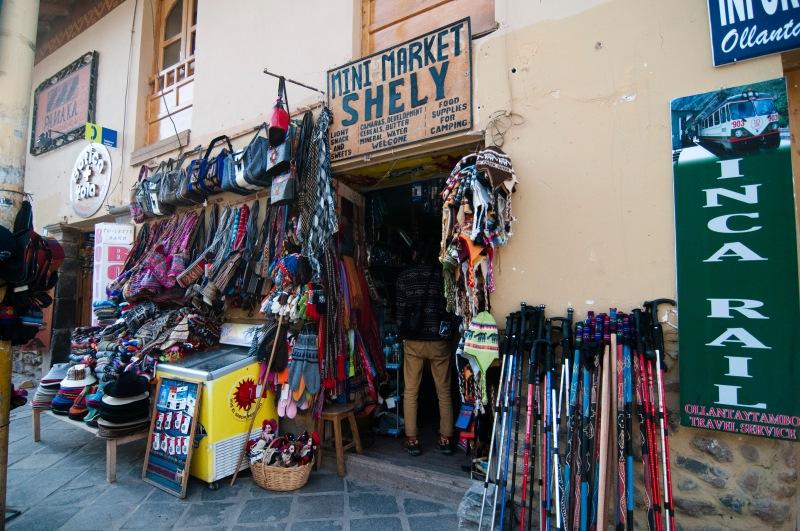 鎮上的店舖都是賣行山用品居多