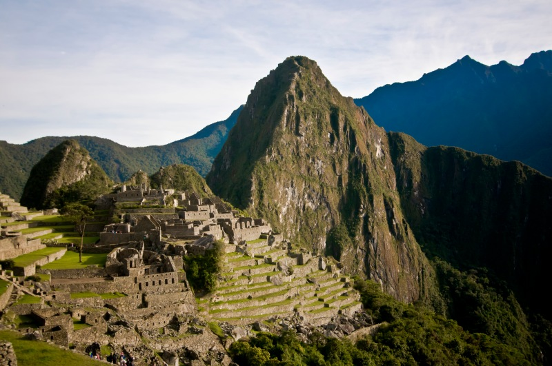 Machu Picchu後方倚著的高山叫Waynapicchu, 矮一點的叫Huaynapicchu, 遠看兩個山極像橫臥的印加人的側面, 我們今日來的目的就是要爬上印加人的鼻頭!