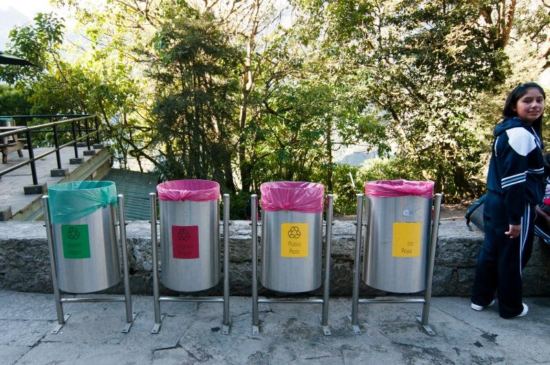 滿山找不到一個膠樽一片垃圾,看來遊人都自覺地將垃圾帶到山下掉,難得是秘魯每個地方都有分類垃圾筒,環保方面比香港還要走得前