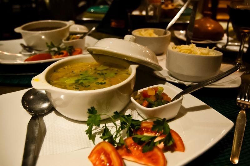 湯伴有芝士和雜菜粒供自由添加